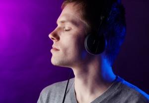 junger Mann hoert Musik